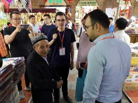 土耳其《星报》的国际新闻编辑赛里夫·阿赫麦特(中间位置穿黑T 恤、戴眼镜者)在新疆采访。