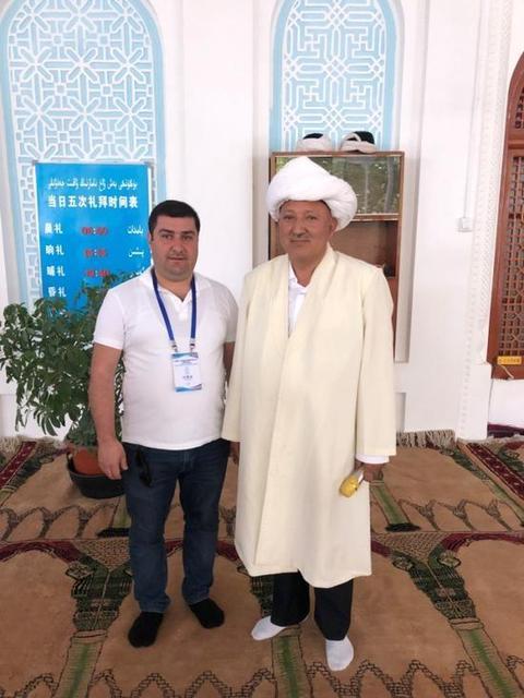 土耳其《光明报》记者吐奇·阿科奇在和田清真寺采访。