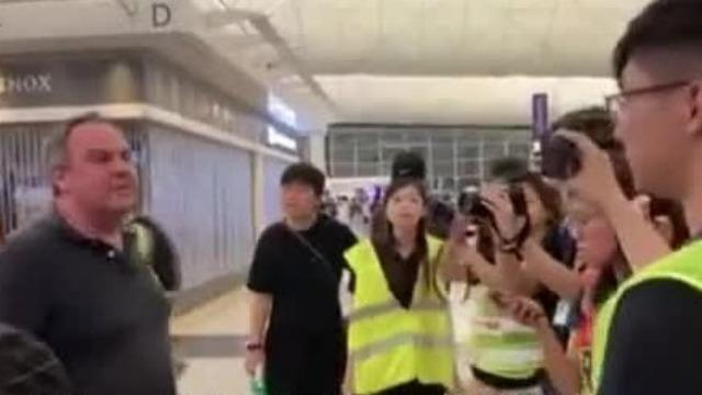 """""""香港属于中国!""""老外在机场当众教训激进示威者"""