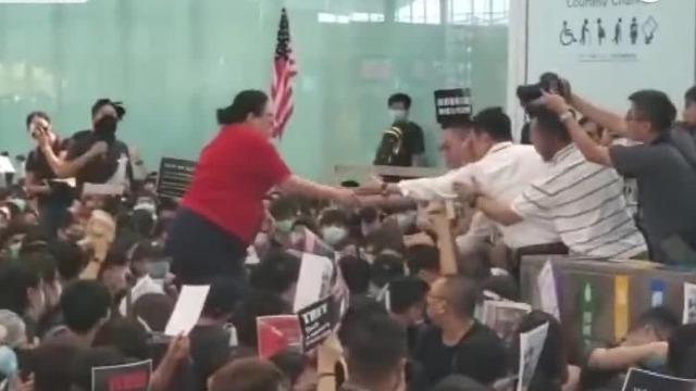 如今的香港机场:示威者机场静坐挡路,旅客艰难跨行