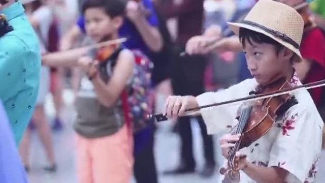 香港青少年管弦乐团在机场快闪演出,2分半开始高燃