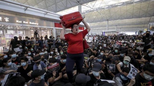 香港机场再被非法集会瘫痪 旅客哭诉:我只想回家!