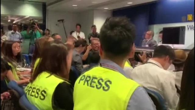 """香港警方记者会屡遭香港记者打断 现场宛如""""指控大会"""""""