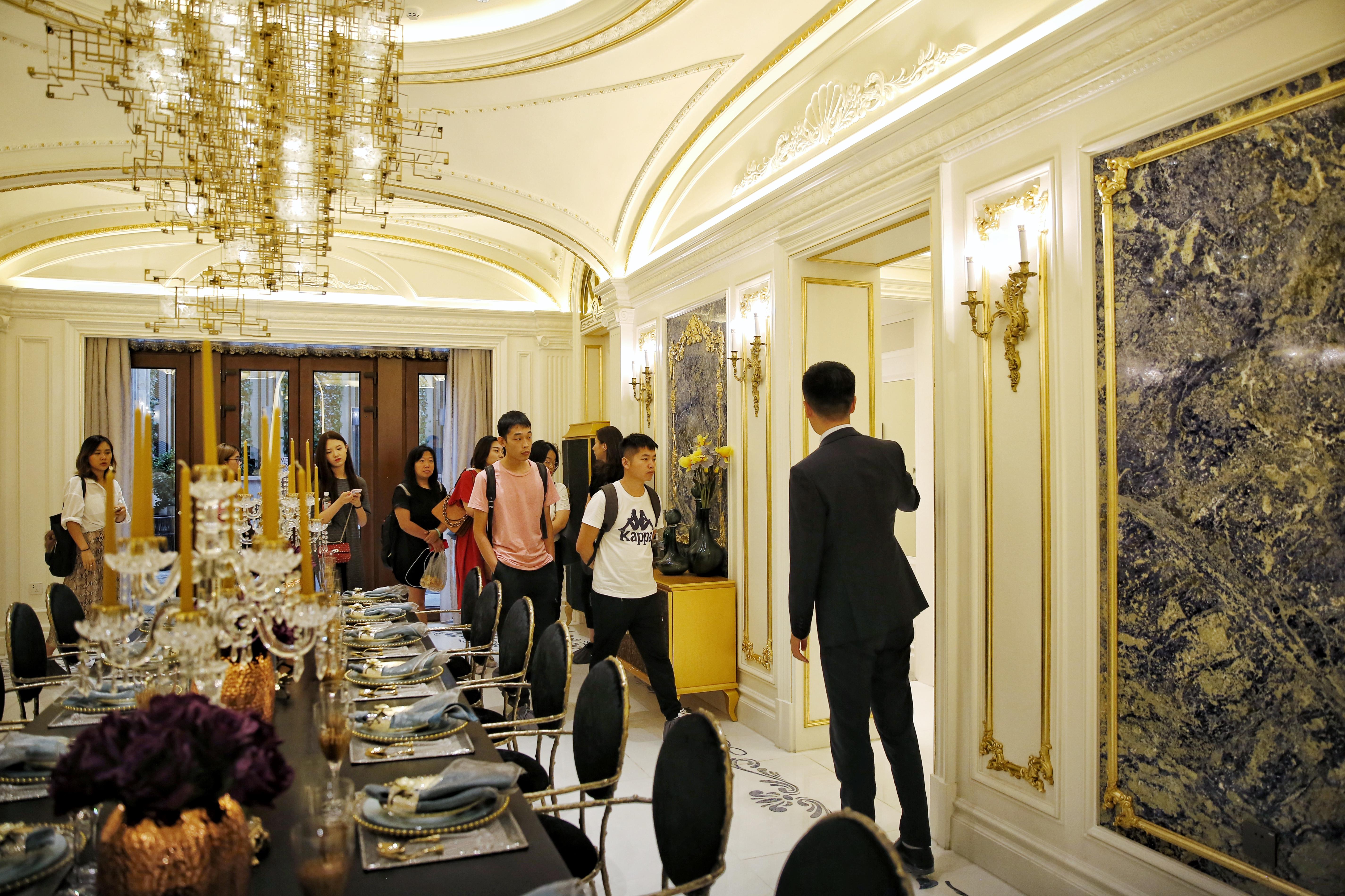 看片会后,懋源•璟岳的专属管家带领媒体嘉宾餐馆别墅样板间内景,介绍设计理念。