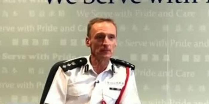 """香港警队英国籍总警司:13岁女儿被老师""""洗脑"""" 我不能接受"""