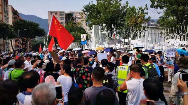 """""""垃圾电台""""!上千市民包围香港电台抗议报道偏颇"""
