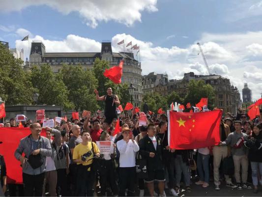 數百名留學生倫敦街頭唱國歌 「廢青」叫囂被淹沒