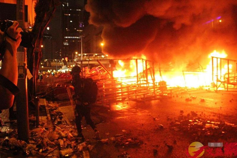 暴徒在香港警总附近纵火:现场如���大片