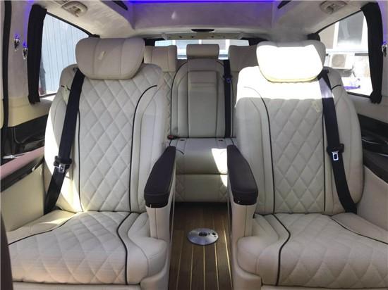 2020款福建奔驰v级V260L尊贵加长版  高顶半隔断