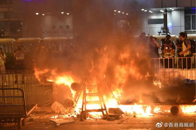 暴徒7日晚聚集旺角警署 现场一度传出爆炸声