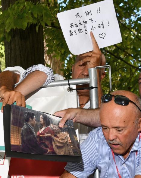 角度清奇xswl!外国大叔表白巩俐说了什么?巩俐后来给他签名了吗? 