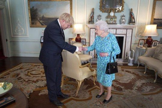 英首相被指误导女王 或面临下台危机