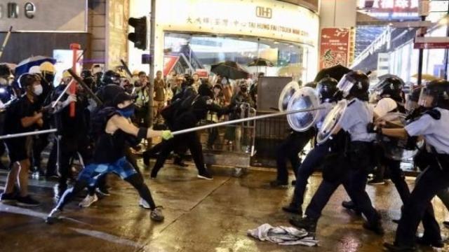 """香港记者质问""""为何休班警员要用警棍"""" 港警的回答亮了"""