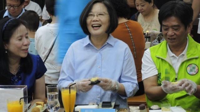 台湾网友喊话蔡英文:中秋节,你吃不吃月饼?