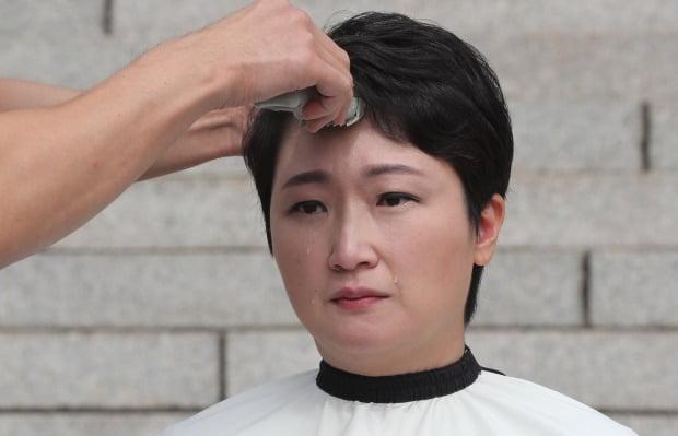 韩国女议员当众剃光头 边哭边喊话文在寅道歉