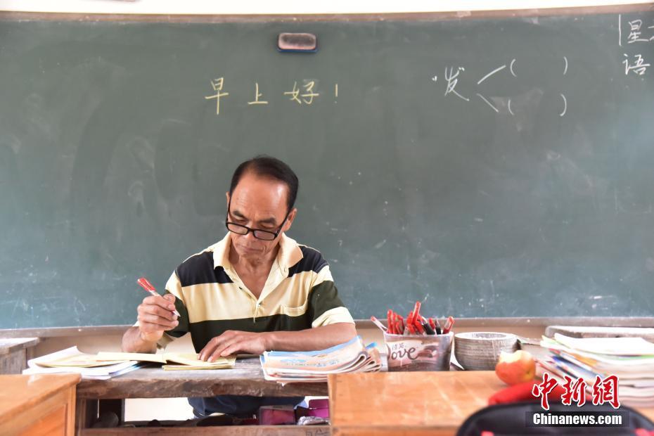 """""""扁担""""教师扎根深山46年 挑起山区学生希望"""