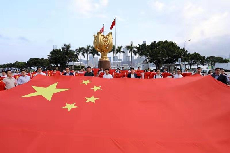 百名香港青年贺国庆 70面国旗照亮金紫荆广场