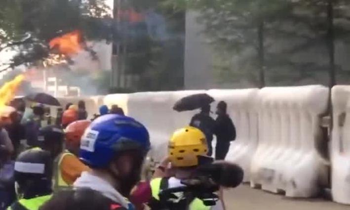 """香港暴徒扔汽油弹烧到同伙 这就是""""玩火自焚"""""""