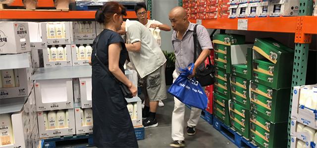 上海大爷大妈血拼Costco:国产的东西 我还以为是美国的