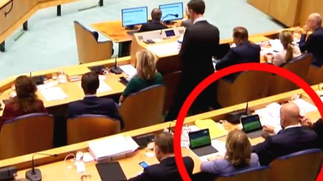 荷兰首相国会上发言 身后两部长偷偷看球赛被拍个正着