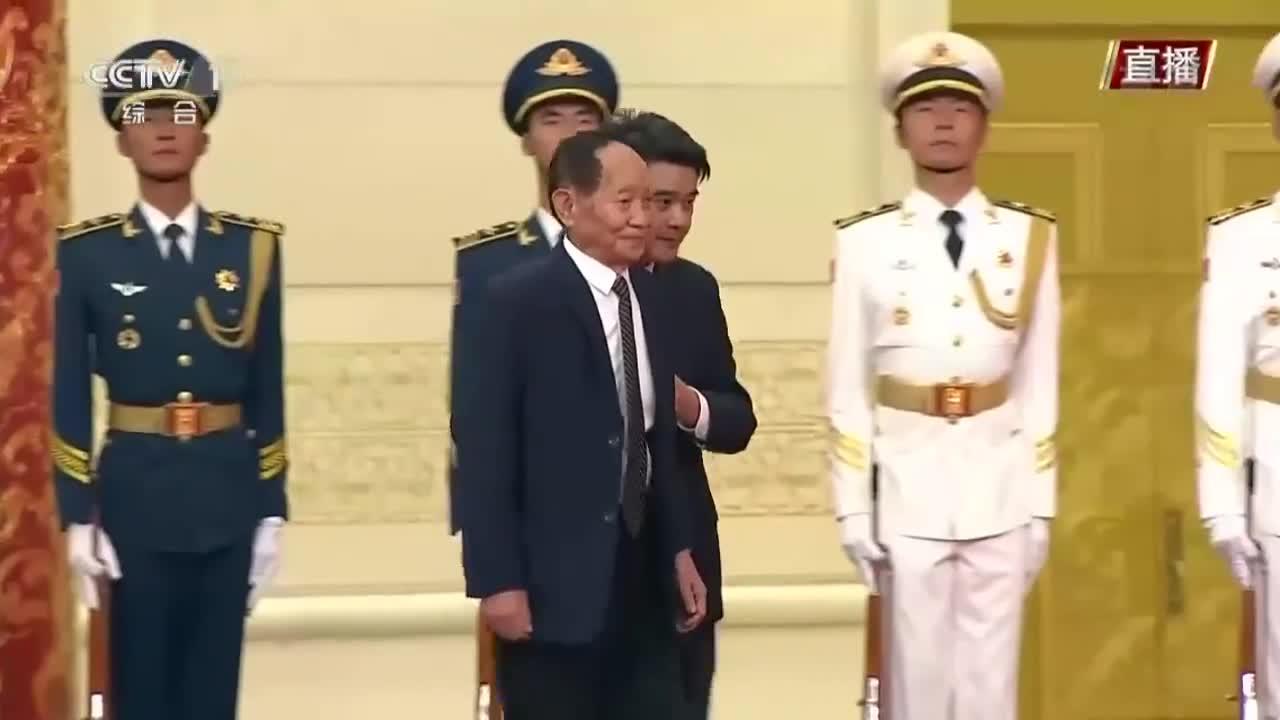 袁隆平被颁授共和国勋章