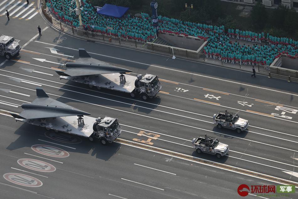 两款新型无人机亮相阅兵 飞翼布局太科幻!