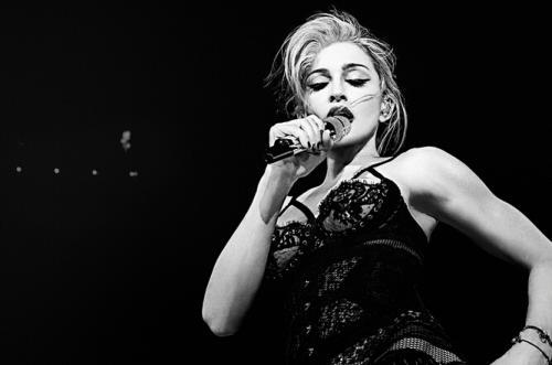"""麦当娜受伤推迟演唱会 向粉丝保证""""不会半途而废"""""""