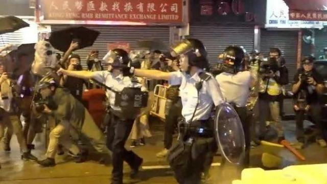 """香港警察""""轻攻队""""捣毁非法路障 擒拿19名""""黑衣魔"""""""