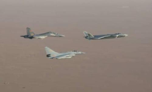 """中国空军歼击机""""三剑客""""再上阅兵场展露空战实力"""