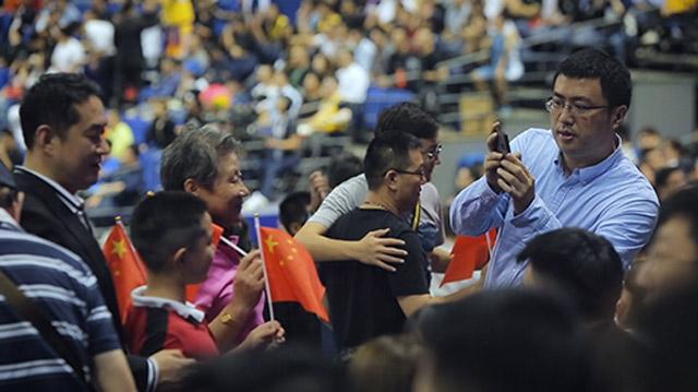 暴风口的NBA上海赛场 球迷:希望莫雷尽快道歉