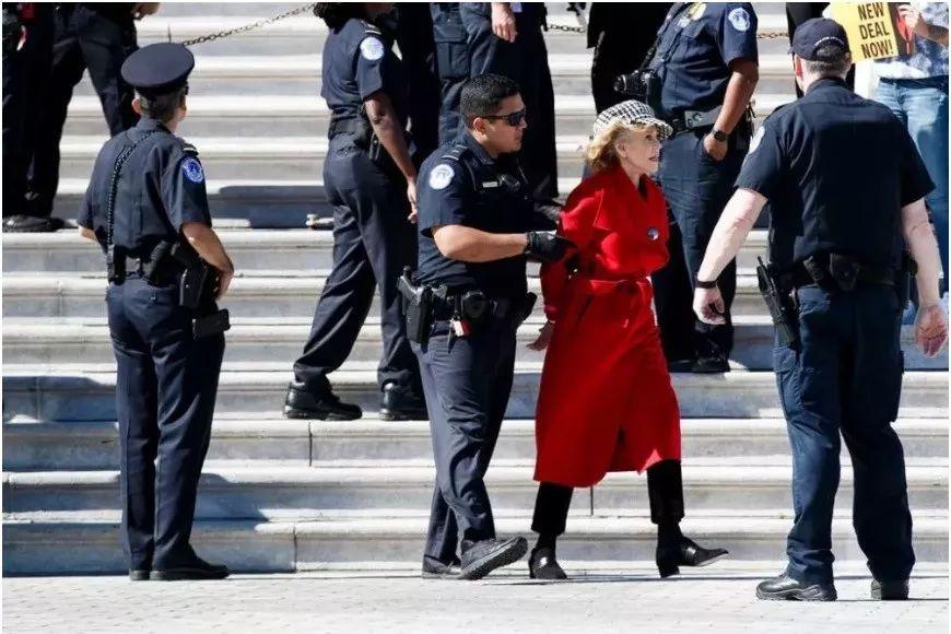 """81岁奥斯卡影后简•方达在华盛顿被捕 曾被批为""""叛国贼"""""""