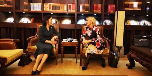 扎哈罗娃与华春莹会谈