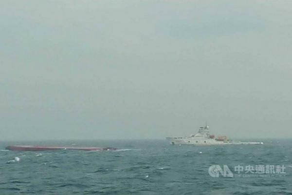 大陆两艘船只6日在澎湖群岛西南方海域翻覆,13名船员获救,12名船员仍失踪。