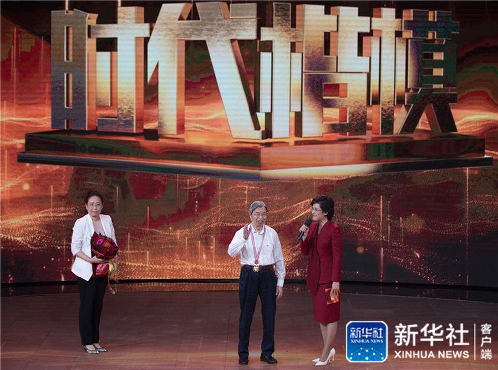 """陈俊武(中)在""""时代楷模""""发布仪式上接受采访(9月28日)"""