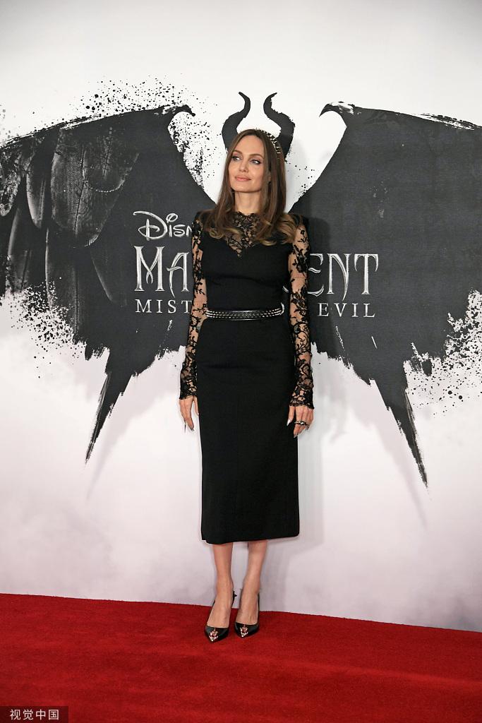 朱莉身穿黑色蕾丝透视长裙霸气演绎女王气质