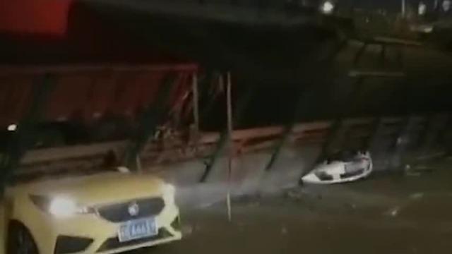 无锡312国道高架桥坍塌 多辆私家车被压桥下