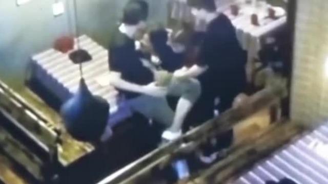 酒吧店员谈李心草遇难当晚:没听到呼救 看她昏昏沉沉趴凳子上