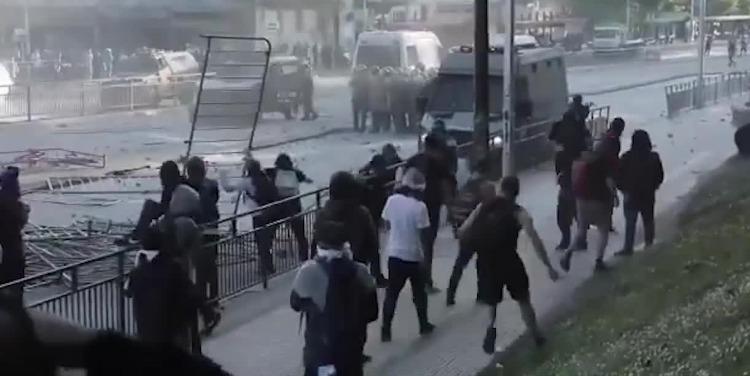 智利首都爆发冲突 总统宣布进入紧急状态
