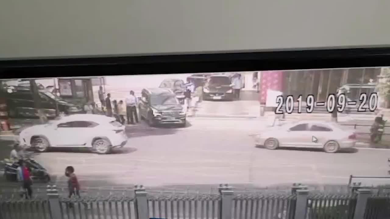 """多角度监控视频:警方还原""""女律师撞亡案""""车祸现场"""