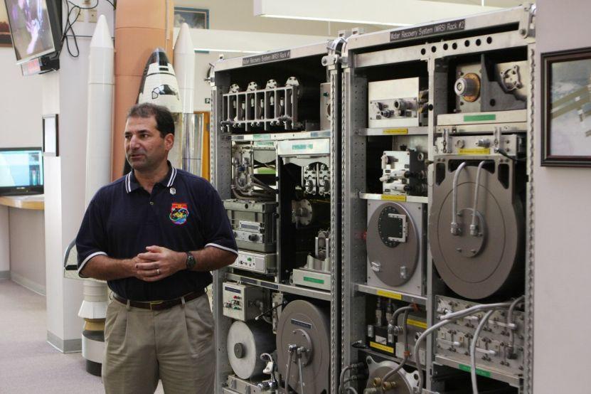 肯尼迪航天中心的工作人员正在向媒体展示即将运往国际空间站的水循环系统。(图片来源:NASA)