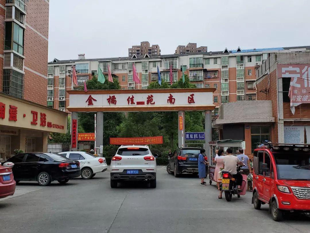 ▲6月23日,金橘佳苑小区门外,杜少平被捕前就住在这里。 新京报记者 李云蝶 摄
