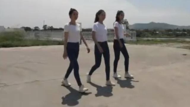 3位中华小姐刚体验完养殖场 又去咸鸭蛋制作工厂