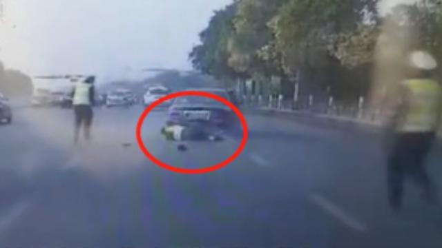 太猖狂!轿车司机加速前行、碾压警察、驾车逃逸