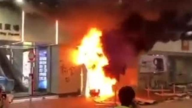 香港暴徒肆意纵火破坏 这名外国女子挺身而出