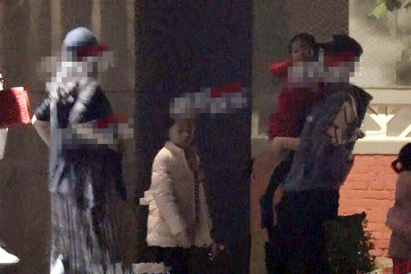 章子怡与家人外出聚餐被拍,小腹明显隆起疑似怀孕