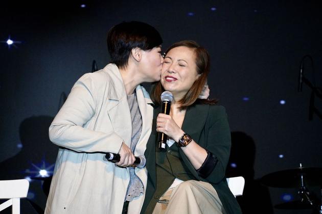 一吻泯恩仇!鄧萃雯商天娥重提10年前不和傳言