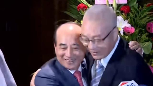 吴敦义拥抱王金平破除不和传言:你说抱几次就抱几次