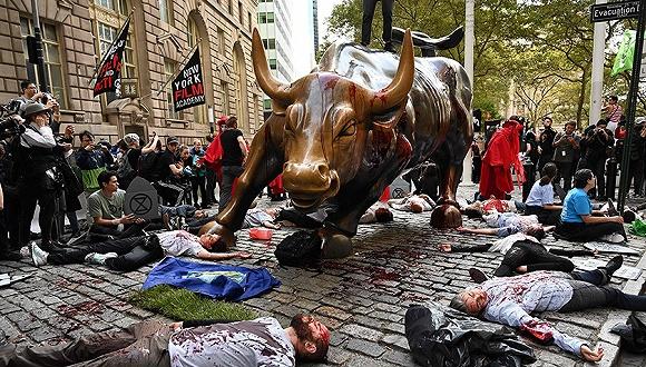 """""""惨遭""""泼血砸耳后 华尔街铜牛可能要搬家(组图)"""