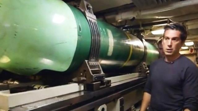 美军罕见曝光核潜艇武器舱 军官直言要对付俄军