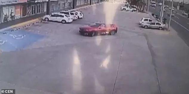 抓住毒枭儿子的墨西哥警察遭报复停车场内被围堵射击155枪